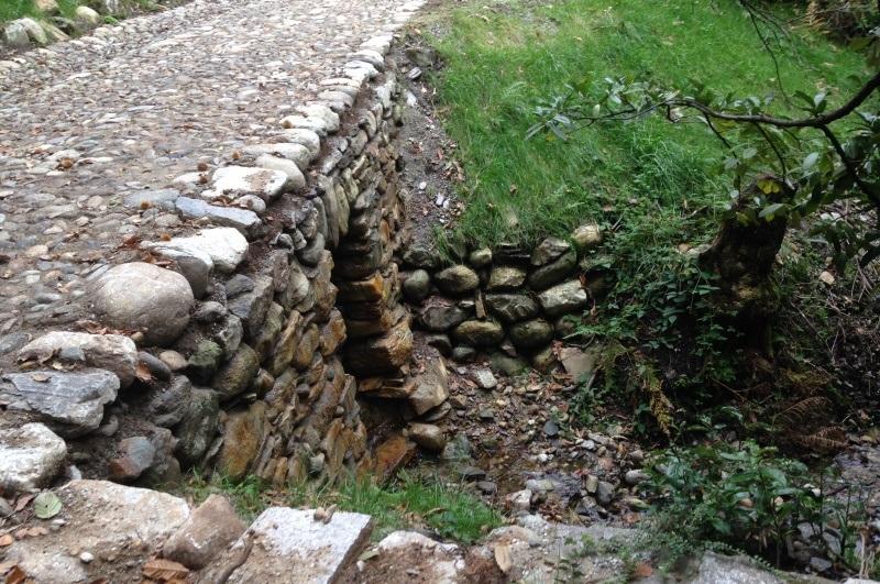 Erneuerte Stützmauer mit Durchlass