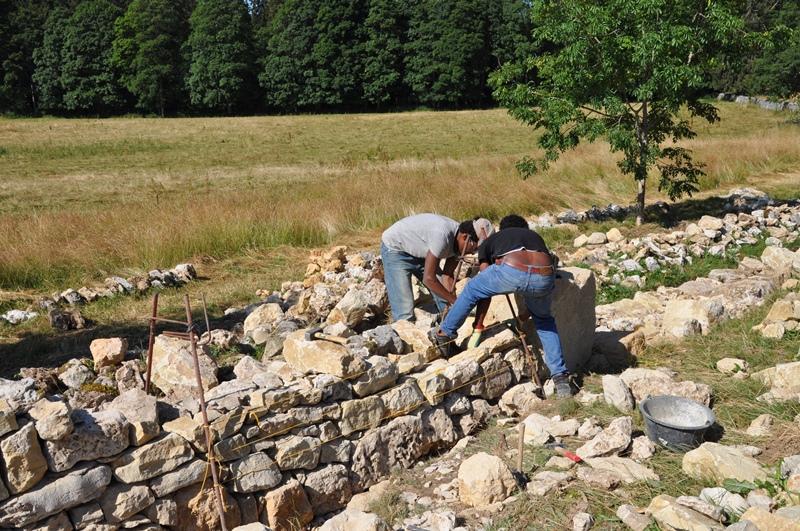 Lavoratori mentre ricostruiscono un muro
